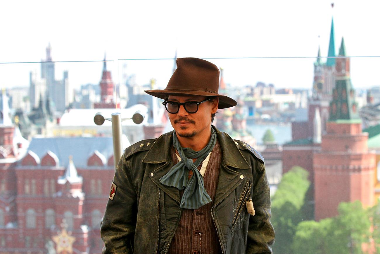 Johnny Depp en una sesión de fotos en el hotel Ritz-Carlton Hotel.