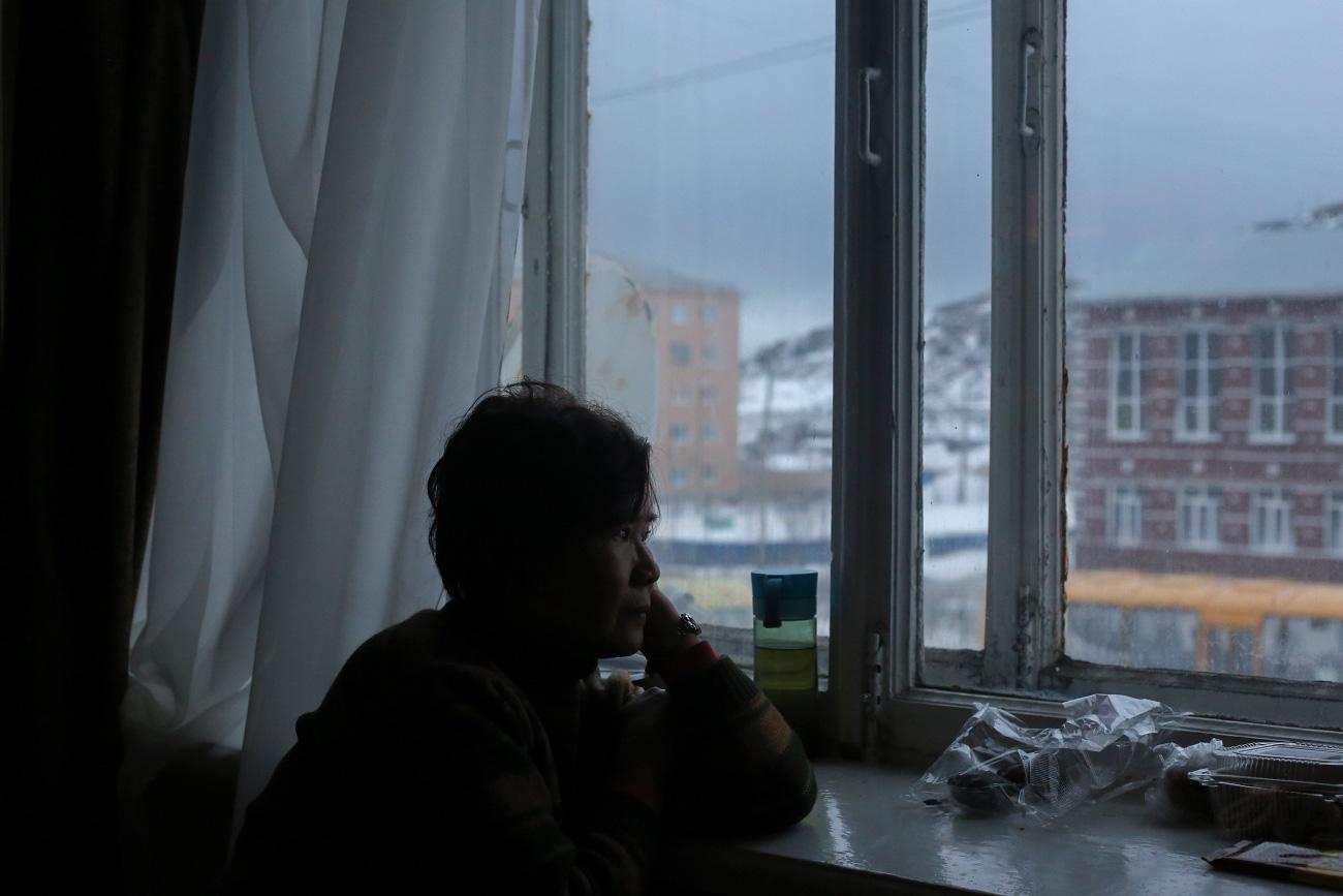 """Tutto è iniziato quando questo piccolo villaggio sulla costa del Mare di Barents è stato inserito come """"destinazione raccomandata per vedere l'aurora boreale"""" in alcune guide cinesi sulla Russia. I viaggiatori trascorrono la maggior parte del tempo in stanza e solo la sera si avventurano fuori per iniziare la loro caccia al fenomeno atmosferico"""