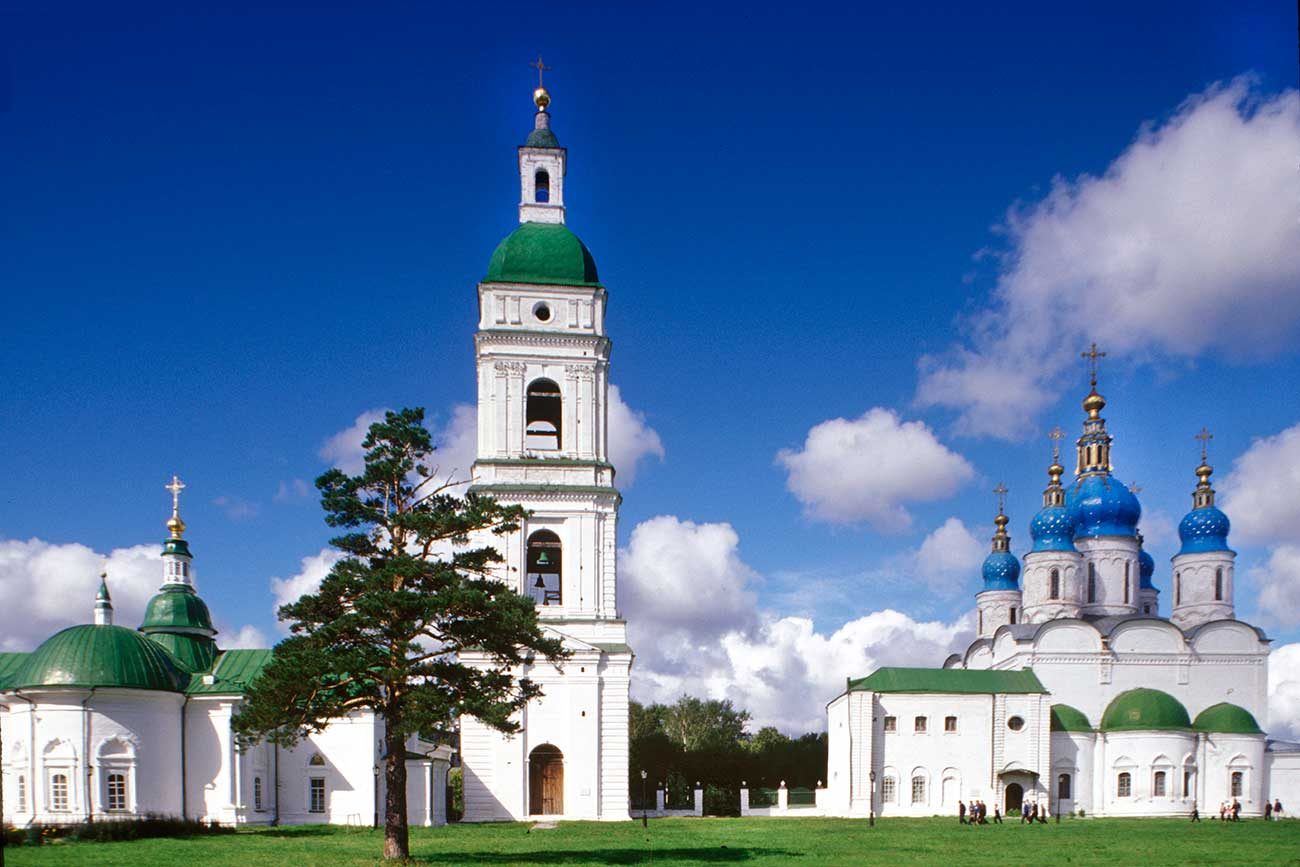 Tobolsk. Right: Cathedral of St. Sophia & the Dormition, with sacristy. Left: Bell tower and Intercession Cathedral. Southeast view. Photo: August, 1999.