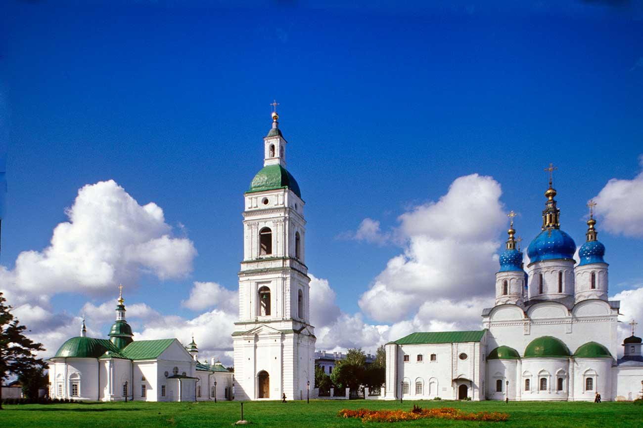 Il Cremlino di Tobolsk con la Cattedrale di Santa Sofia della Dormizion, la torre campanaria e la Cattedrale dell'Intercessione. Foto scattata nell'agosto 1999. Fonte: William Brumfield