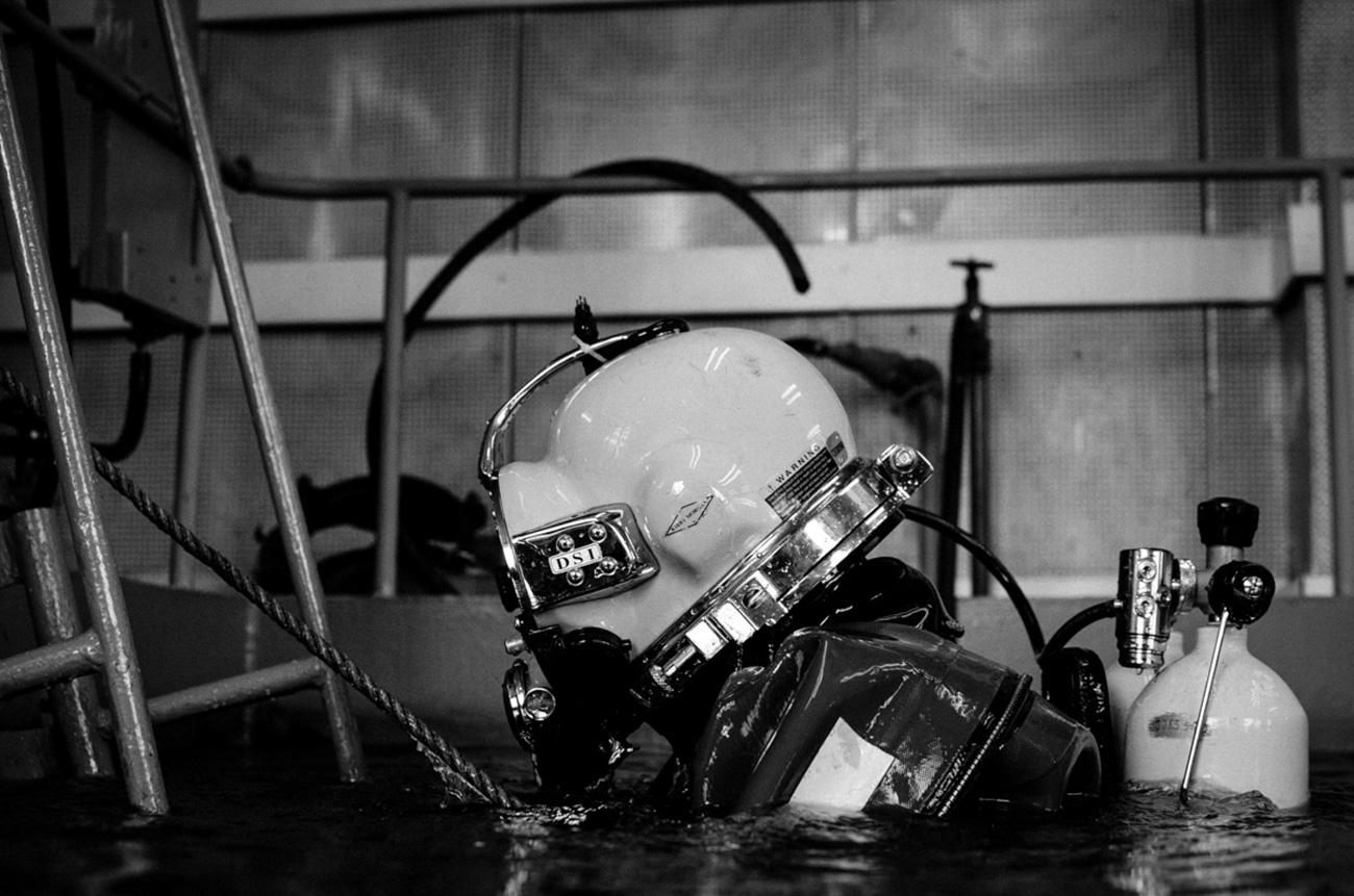 A frogman is slowly leaving the pool. / Artem Protsyuk