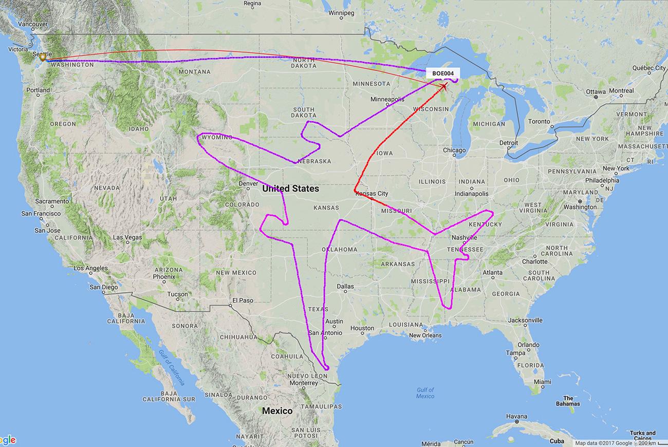 La imagen de un avión aparece sobre un mapa de Estados Unidos con motivo de una ruta especial desde Seattle realizada por el vuelo BOE004 de un Dreamliner. Fuente: Reuters