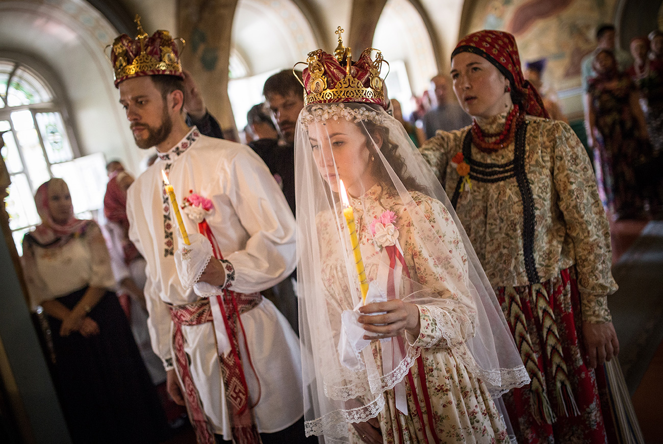 Bride Diana Khamitova and groom Ilya Klinkin during a wedding ceremony held according to an old Russian tradition, at the Resurrection Cathedral, June 2016. / Danila Shostak/TASS