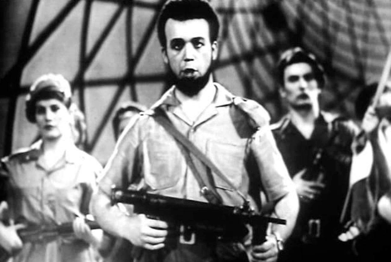 Cantor soviético Iossif Kobzon vestido no estilo militar de Fidel Castro (Foto: Arquivo)