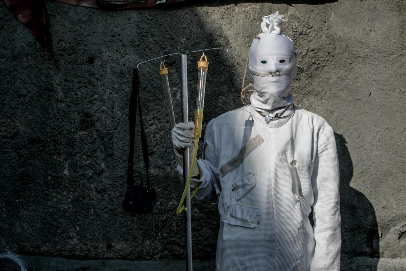 """Sono moltissimi i mondi che si incrociano durante il festival: il mondo degli zombie, degli scienziati pazzi e dei viaggiatori nel tempo. Questo curioso costume ad esempio ha tratto ispirazione dalla serie televisiva britannica di fantascienza """"Doctor Who"""" prodotta dalla BBC a partire dal 1963"""