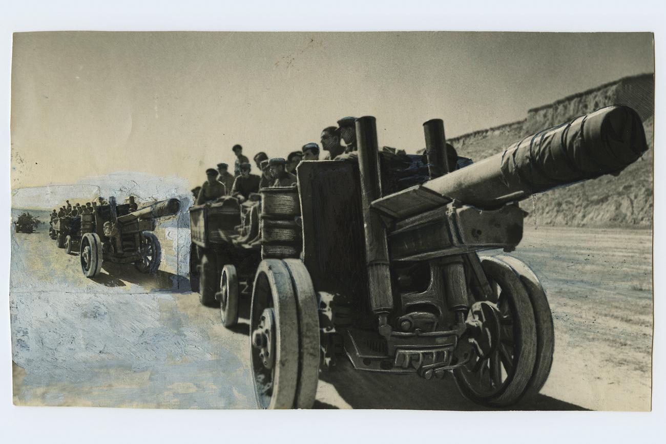 写真は厳しい検閲と編集を経て、一種のパッチワークとしてまとめられ、白いグアッシュやインクで色づけされた。これは「芸術的修整」と呼ばれ、美術の学位保持者によって行われた。