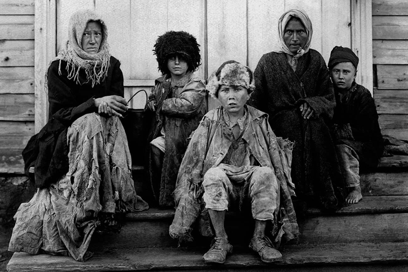 Gli anni Venti del Novecento sono stati un periodo molto difficile per la Russia. Dopo la devastante Guerra civile, che seguì la rivoluzione del 1917 (con l'intervento di diverse potenze straniere a sostegno dei Bianchi contro i bolscevichi), e a seguito della crisi agricola e delle fallimentari riforme economiche, lo Stato sovietico, da poco costituito, necessitava di passi significativi e radicali per garantire lo sviluppo. La collettivizzazione fu uno di questi