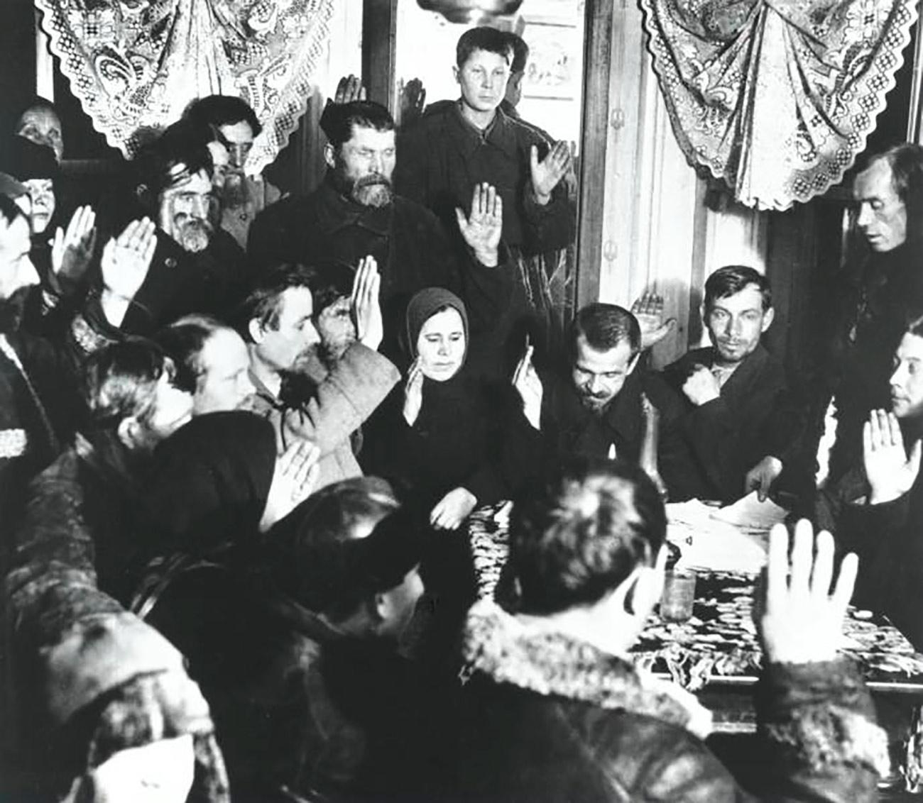 """La collettivizzazione divenne un processo su grande scala nel 1929, quando fu pubblicato l'articolo di Stalin """"L'anno della grande svolta"""". Stalin confermò i processi di collettivizzazione e industrializzazione come mezzo principale per modernizzare il Paese. Allo stesso tempo, dichiarò che era necessario liquidare la classe di contadini ricchi, noti come """"kulakì"""" (alla lettera: """"pugni"""" in russo)"""
