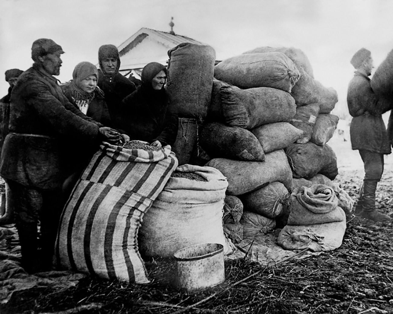 La collettivizzazione fu profondamente traumatica per i contadini russi. La confisca forzata di carne e pane portò a frequenti ribellioni. Molti preferivano uccidere le loro bestie, piuttosto che consegnarle alle fattorie collettive. A volte il governo sovietico doveva impiegare l'esercito per sopprimere le rivolte
