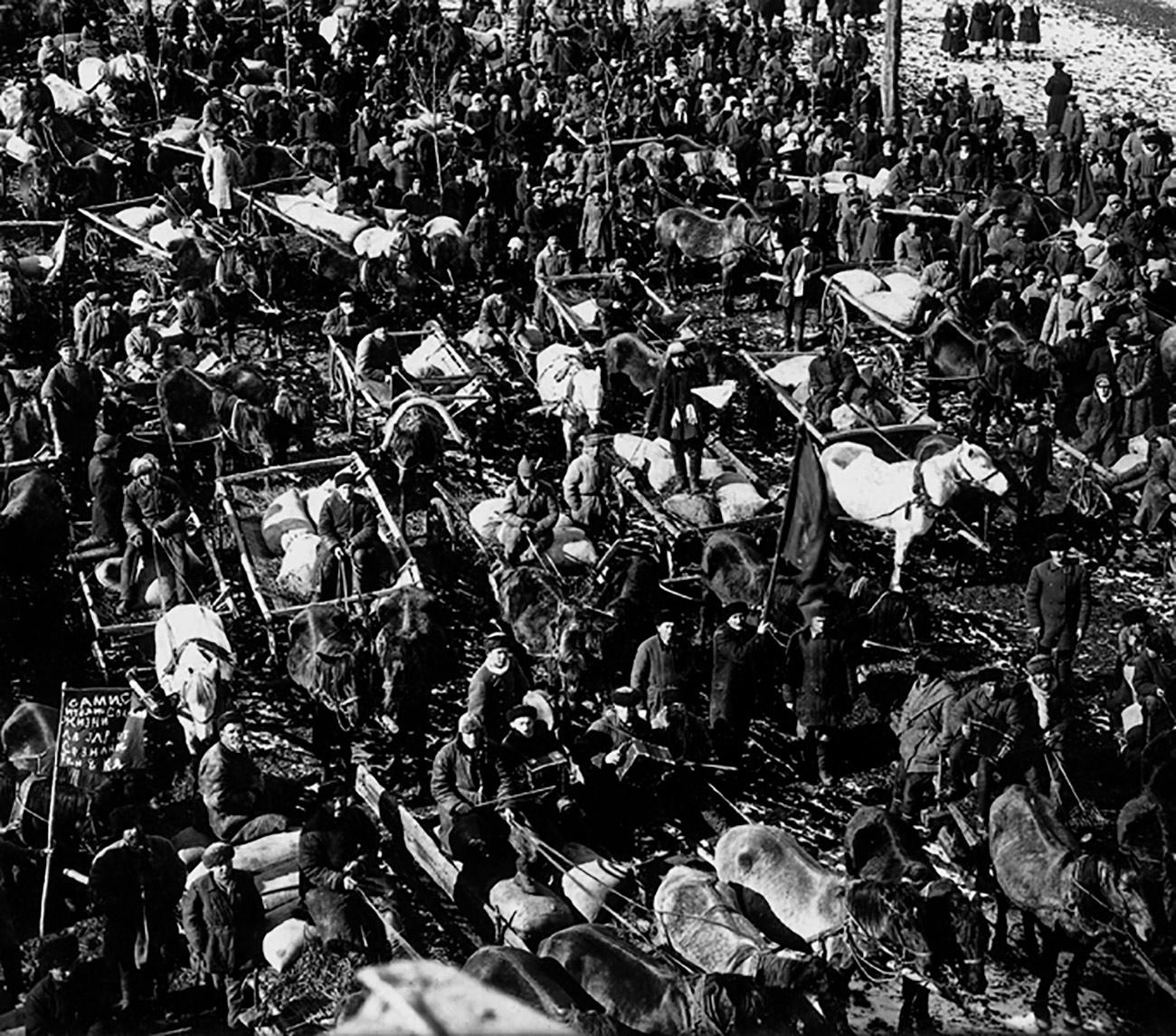 Le vecchie tradizioni del contadino russo furono distrutte. I contadini erano da sempre interessati ai frutti del loro lavoro, ma nei kolkhoz perdevano ogni spirito d'iniziativa. I primi anni della collettivizzazione furono catastrofici. Nel 1932-1933, il Paese venne colpito da una grande carestia che uccise circa 8 milioni di persone, dovuta in gran parte alla collettivizzazione