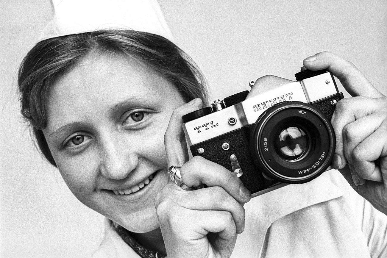La storia delle macchine fotografiche Zenit inizia nella fabbrica Krasnogorsky della regione di Mosca. Correva l'anno 1952, anno in cui nel Paese apparvero le prime macchine fotografiche single-lens reflex (SLR)