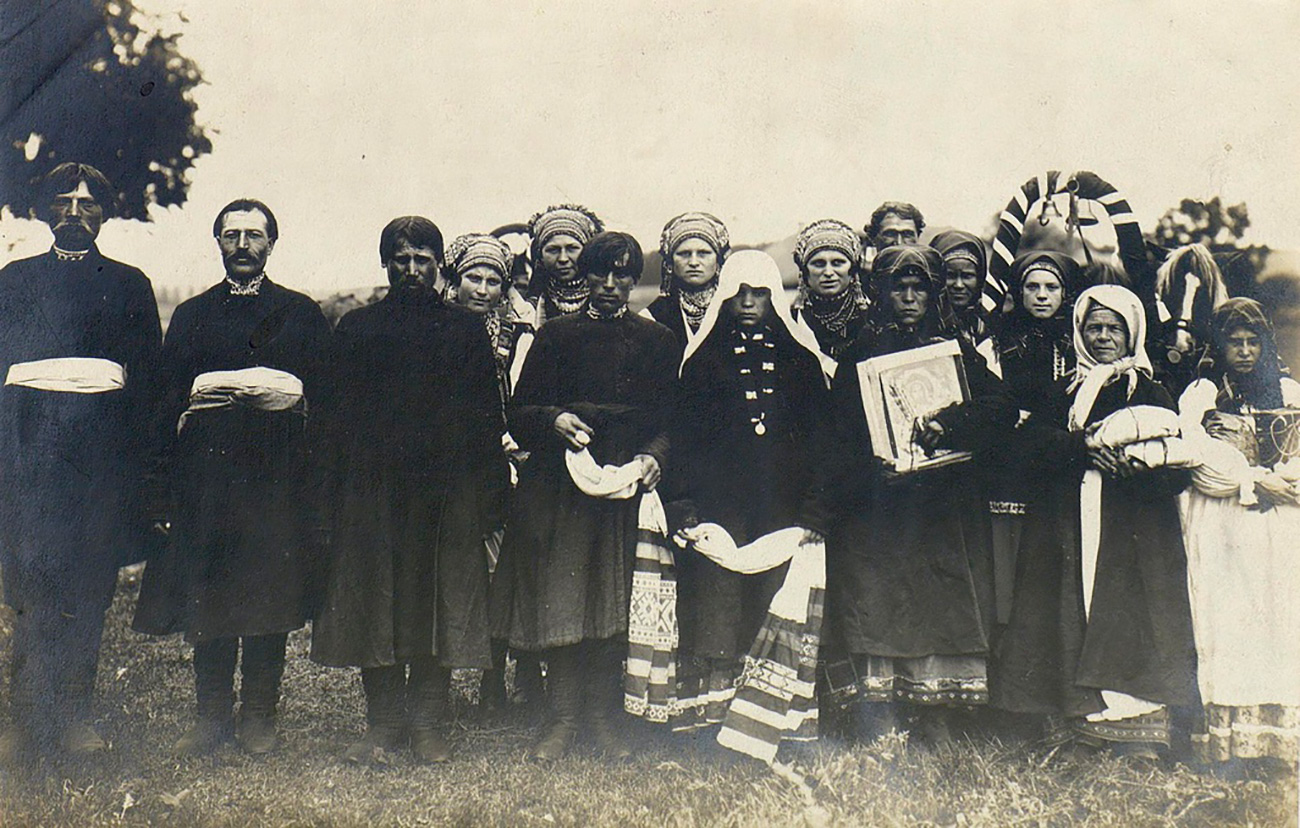 Every nationality of the Russian Empire has its own traditions and outlook on marriage. Young Cossacks, for instance, first start talking about marriage with their parents. If the potential bride met their requirements, preparations for matchmaking began. (Wedding train: Youth after church wedding. Tula Province, 1902)