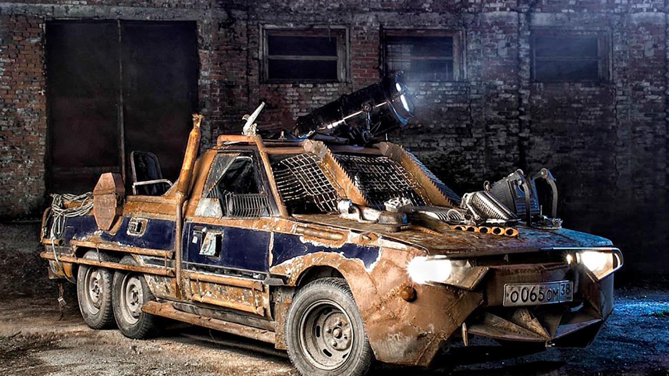"""Roman Nikitin iz Sibira je veliki ljubitelj znanstvene fantastike. On je došao na odličnu ideju da svoj stari auto Toyota Carina Surf pretvori u borbeno vozilo nekakvog postapokaliptičnog svijeta. Dizajn je inspiriran filmom """"Pobješnjeli Max"""" i drugim sličnim filmovima s jurnjavom automobila. Vaše je samo da izvadite iz džepa 2200 dolara."""