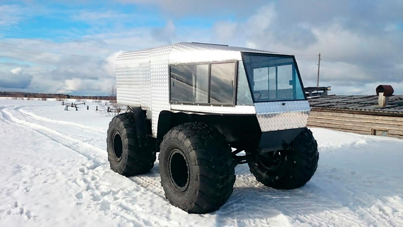 """""""Vitez"""" (""""Vitjaz"""") je konstruiran da gazi močvare i duboki snijeg, i on to zaista radi. Vozilo je napravljeno od dijelova VAZ-2183 i borbenog vozila pješaštva BTR-80. Nema sumnje da će ovo vozilo biti zanimljivo ljudima koji često nailaze na duboke močvare, neprohodne šume i strme uspone. Spremite se platiti 10 000 dolara."""