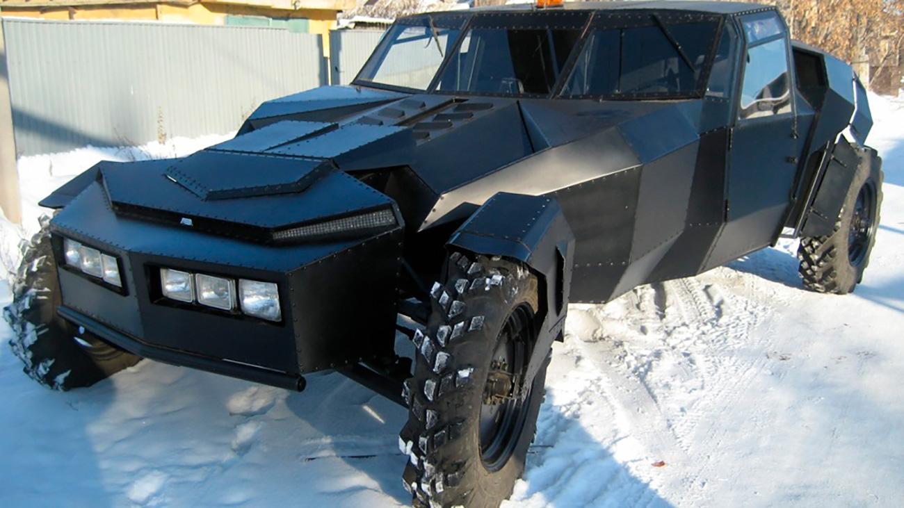 """Ako Batmenu ikada bude potrebno da zamijeni svoj Batmobile nekim drugim modelom, vjerojatno će kupiti ovu zvijer. Hibrid američkog vozila Oldsmobile i ruskog oklopnog transportera može razvija brzinu od 90 km/h. Ne trebate biti baš Bruce Wayne da biste kupili """"crnog gavrana"""" (kako se ovo čudo zove) ali znajte da on ipak nije jeftin. Za 35 000 dolara možete """"preuzeti stvar u svoje ruke"""" i postati borac protiv kriminalaca na ulicama kazaškog grada Karagande (kostim Batmana nije uključen u cijenu)."""