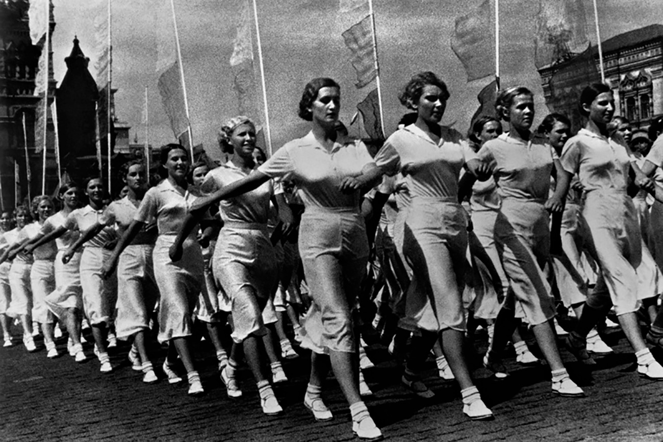 """Lo sport e uno stile di vita sano sono sempre stati al centro dell'attenzione in Unione Sovietica. Manifesti, club sportivi, foto e conferenze cercavano in tutti i modi di promuovere l'attività fisica. Tra gli strumenti più efficaci di """"marketing"""" utilizzati all'epoca dell'Urss c'erano senza ombra di dubbio le parate"""