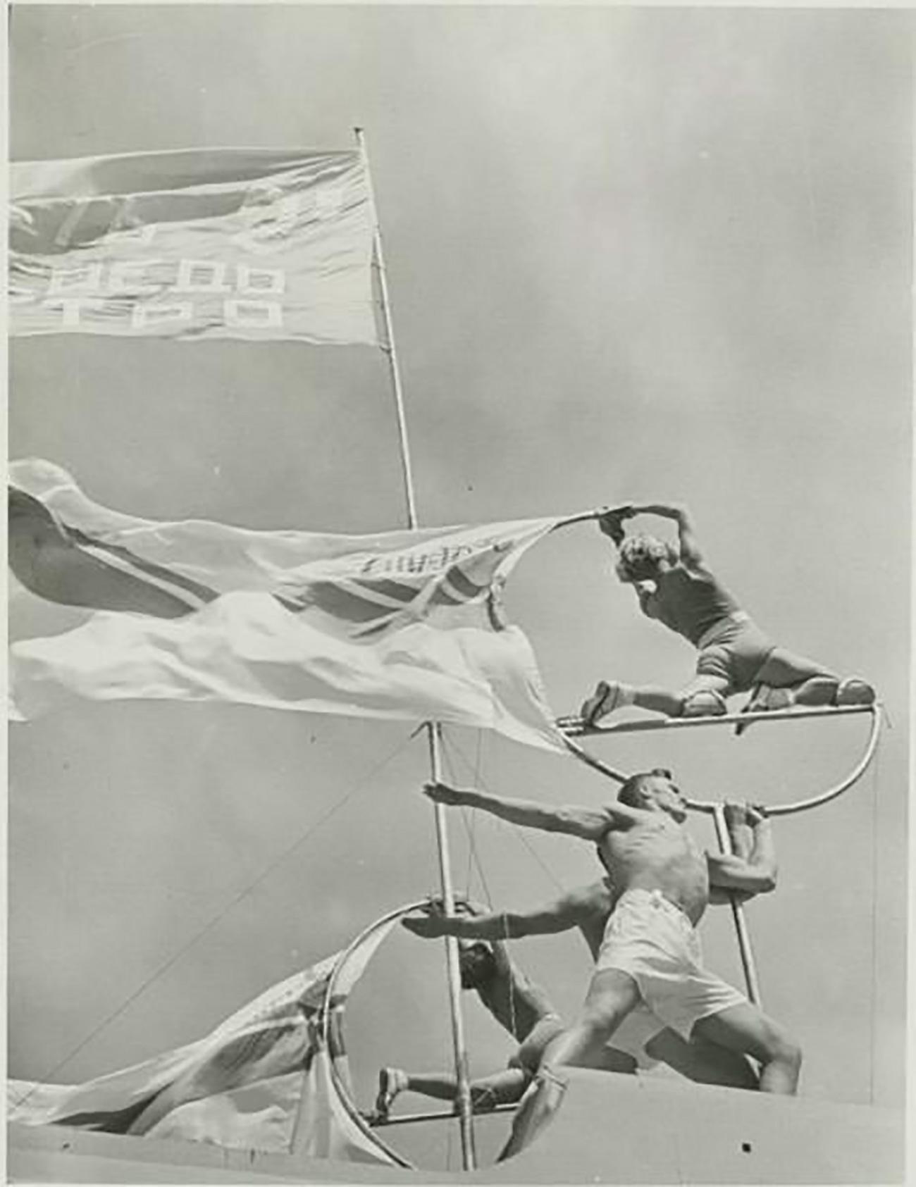 """La prima sfilata, passata alla storia come """"la sfilata degli atleti"""", si tenne in Piazza Rossa a Mosca nel 1919, un anno particolarmente difficile per il Paese, in piena guerra civile"""