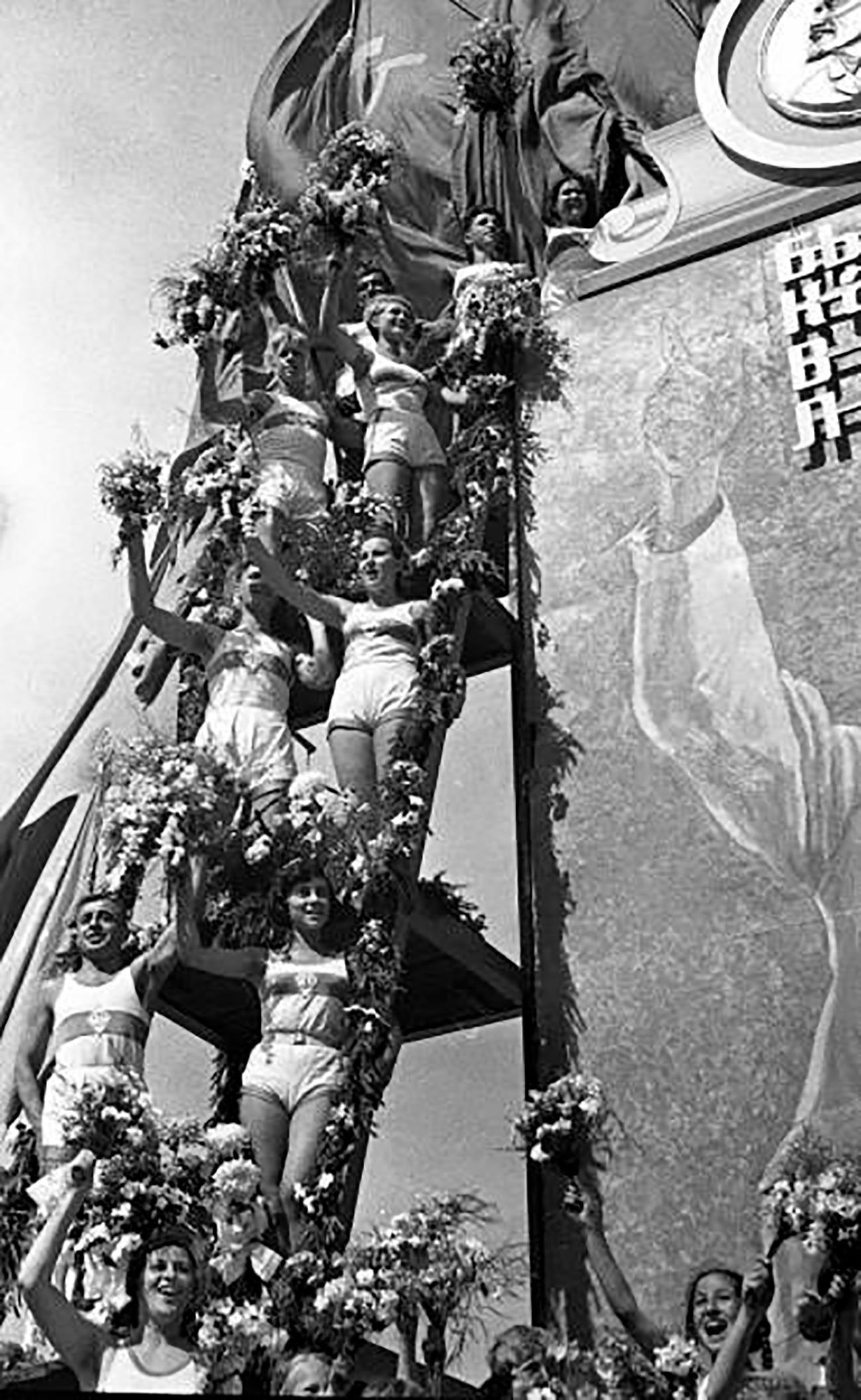 Le parate sportive erano il più delle volte colossali e venivano utilizzate da Stalin per infondere nelle masse concetti chiave dell'ideologia sovietica