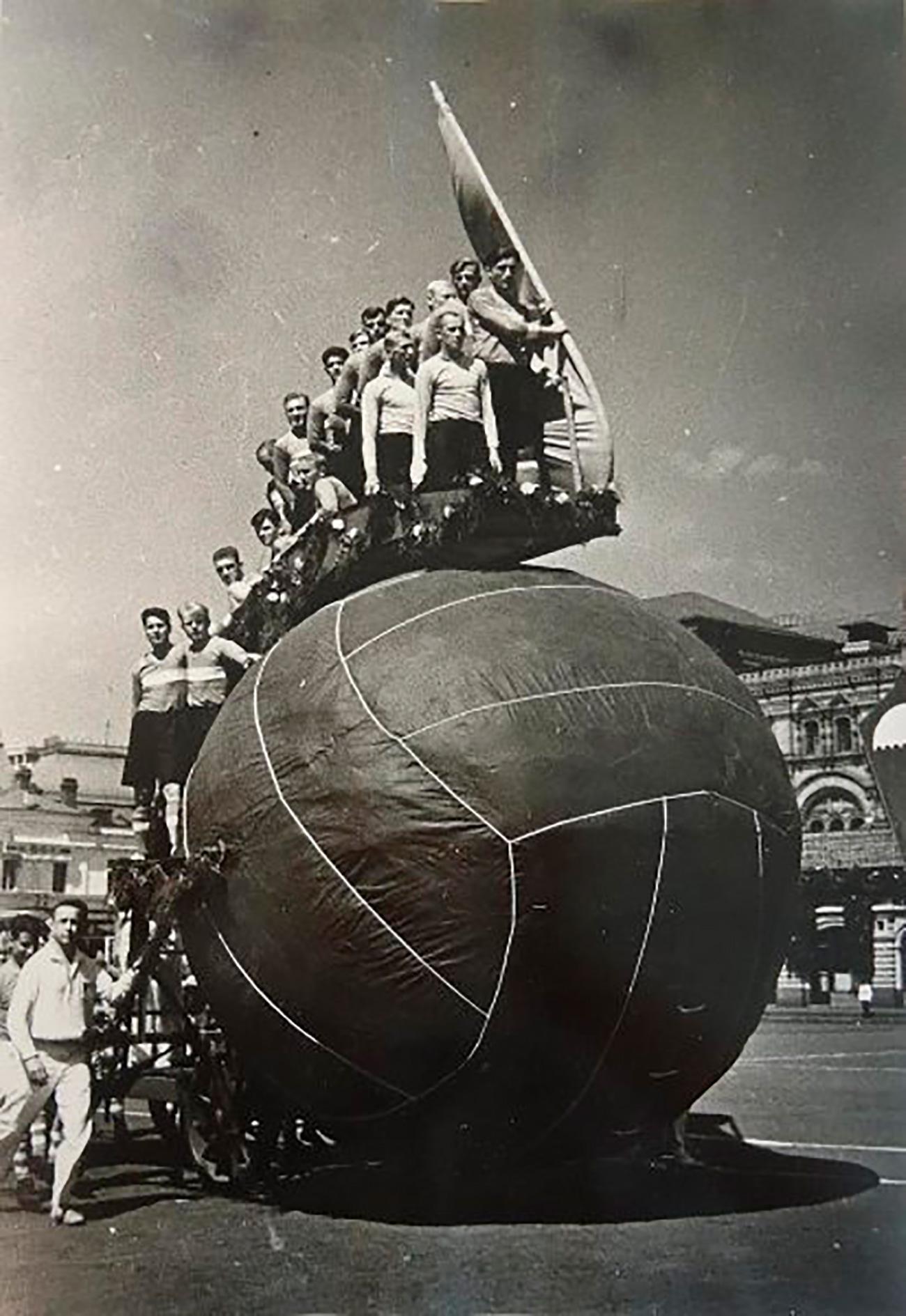 Alle parate aderivano tutte le repubbliche sovietiche: si marciava in lunghe colonne, vestendo divise e sventolando bandiere
