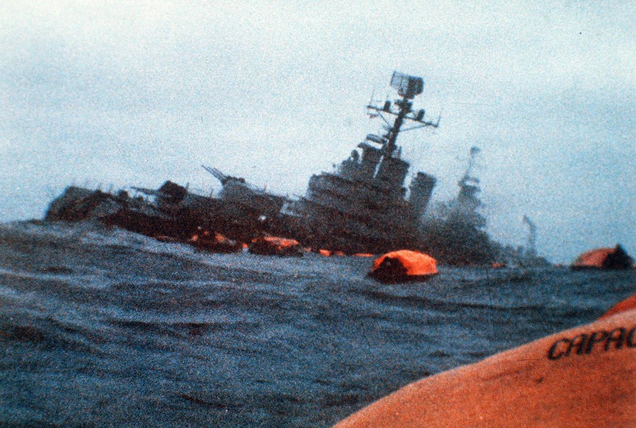 El ARA General Belgrano rodeado de botes salvavidas mientras se hunde tras haber sido torpedeado por por el HMS Conqueror, 2 de mayo de 1982.