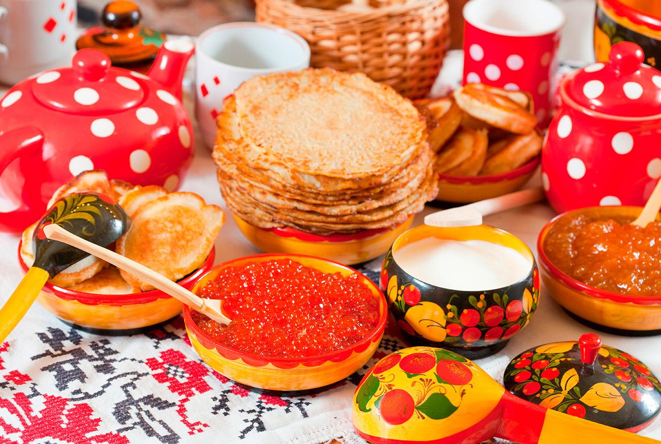 Blíni e caviar são clássicos do café da manhã na Rússia (Foto: Legion Media)
