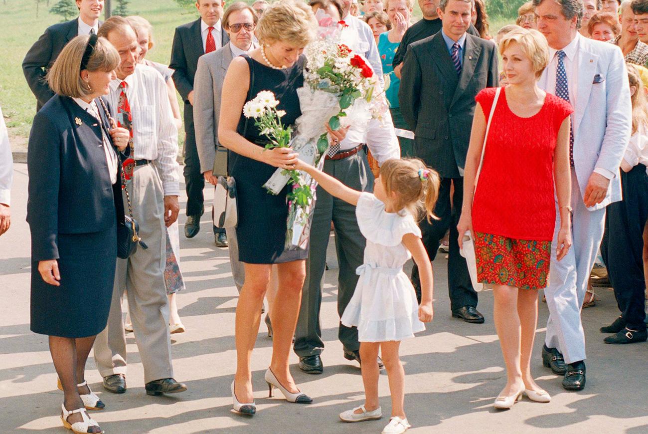 Un genuino impegno nelle attività umanitarie e una gran dedizione per migliorare la vita delle persone svantaggiate, portarono la Principessa del Galles in molti Paesi del mondo, e la Russia non fece eccezione. Diana arrivò a Mosca nel giugno del 1995, ma non rimase a lungo: il viaggio fu breve; solo due giorni