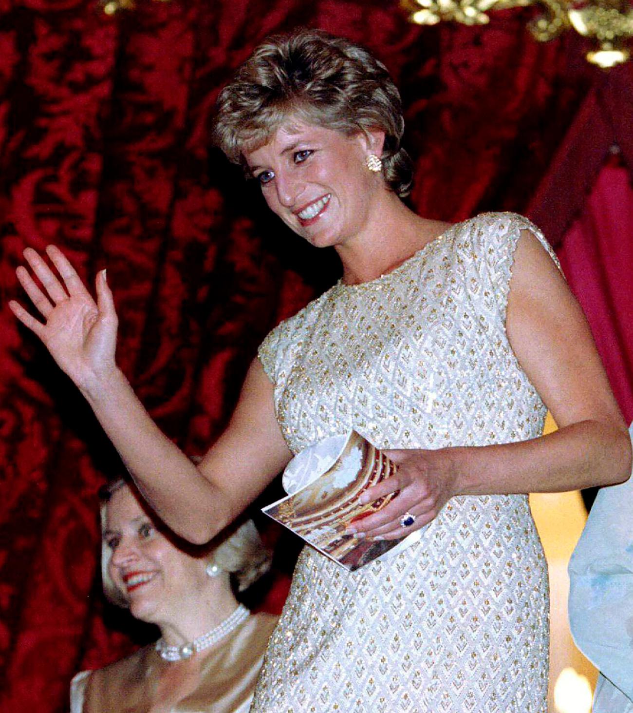 Più tardi, quella sera, la principessa andò al Teatro Bolshoj. Il pubblico l'applaudì, mentre si sedeva nel Palco reale per assistere al balletto La Sylphide