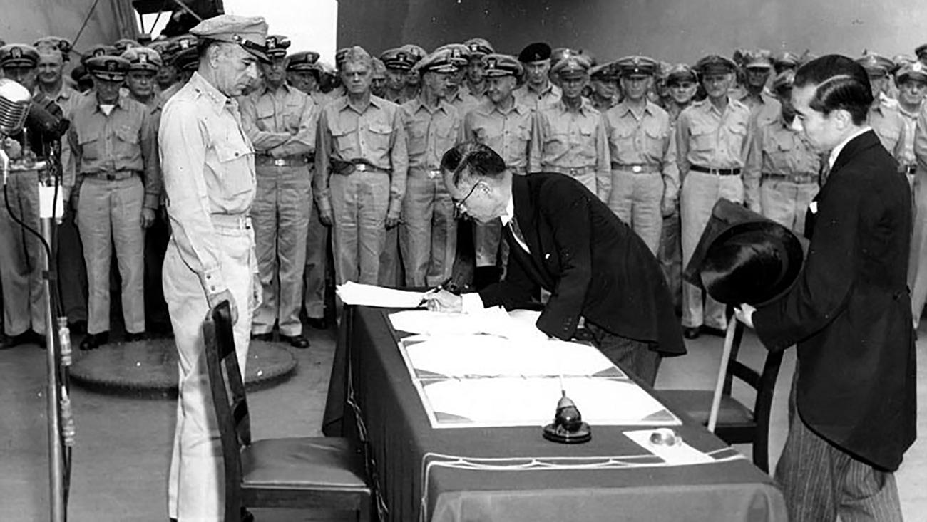 """Јапонскиот министер за надворешни работи Мамору Шигемицу го потпишува Актот за Капитулација на Јапонија на американскиот крстосувач """"Мисури"""""""