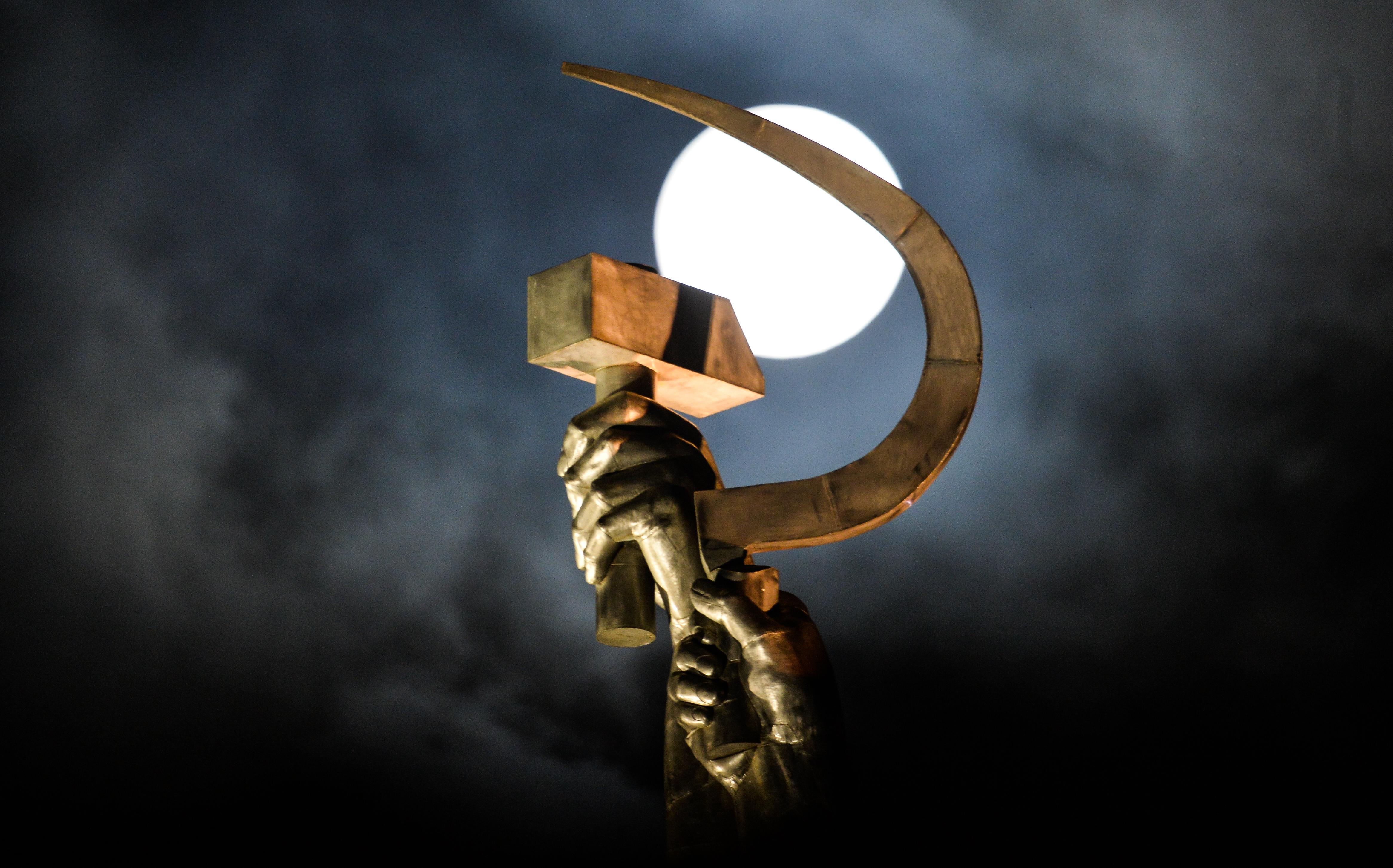"""Суперлуние, наблюдавано от скулптурата """"Работник и колхозничка"""" в Москва."""