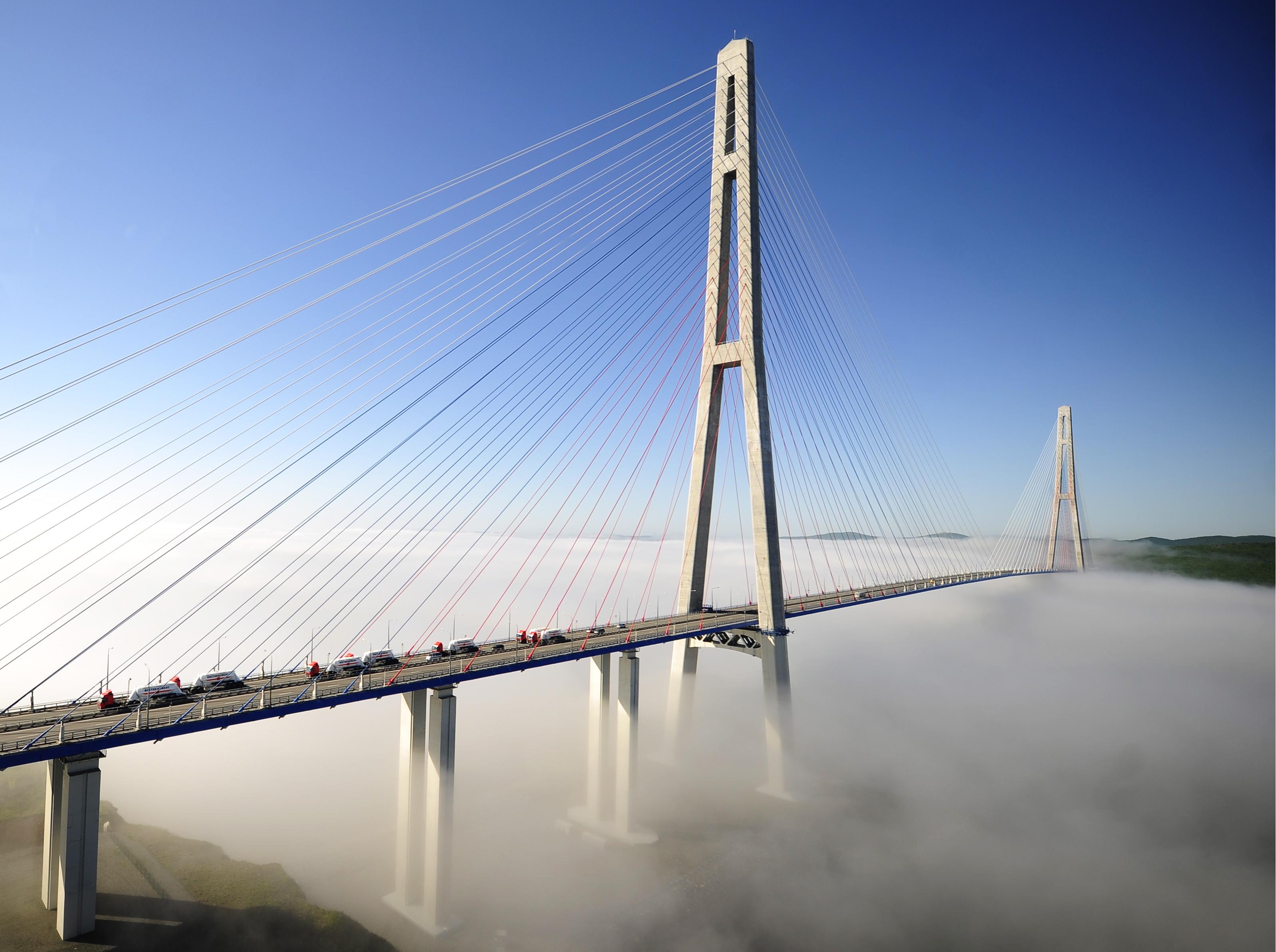 През юли Владивосток крие своите красиви мостове в мъгла, по-непрогледна и от лондонската.