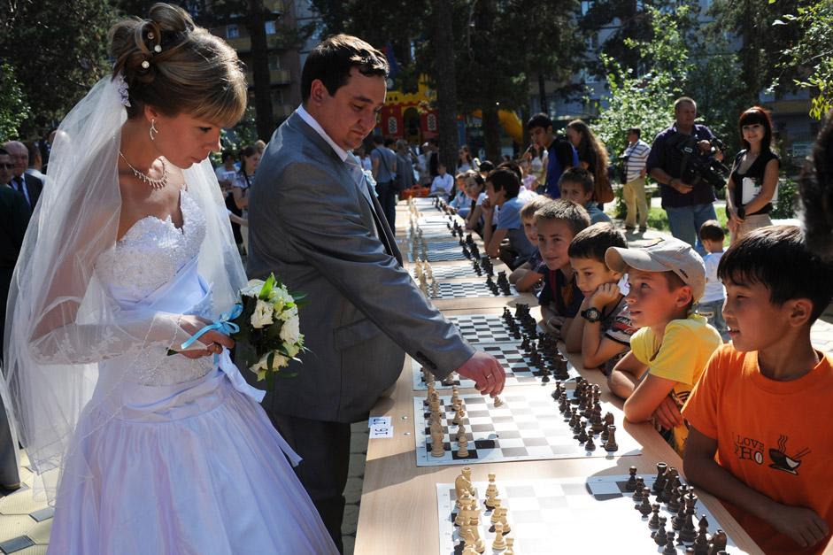 Участници в сеанса на едновременна игра в Шахматния парк в рамките на руския шампионат по шах.