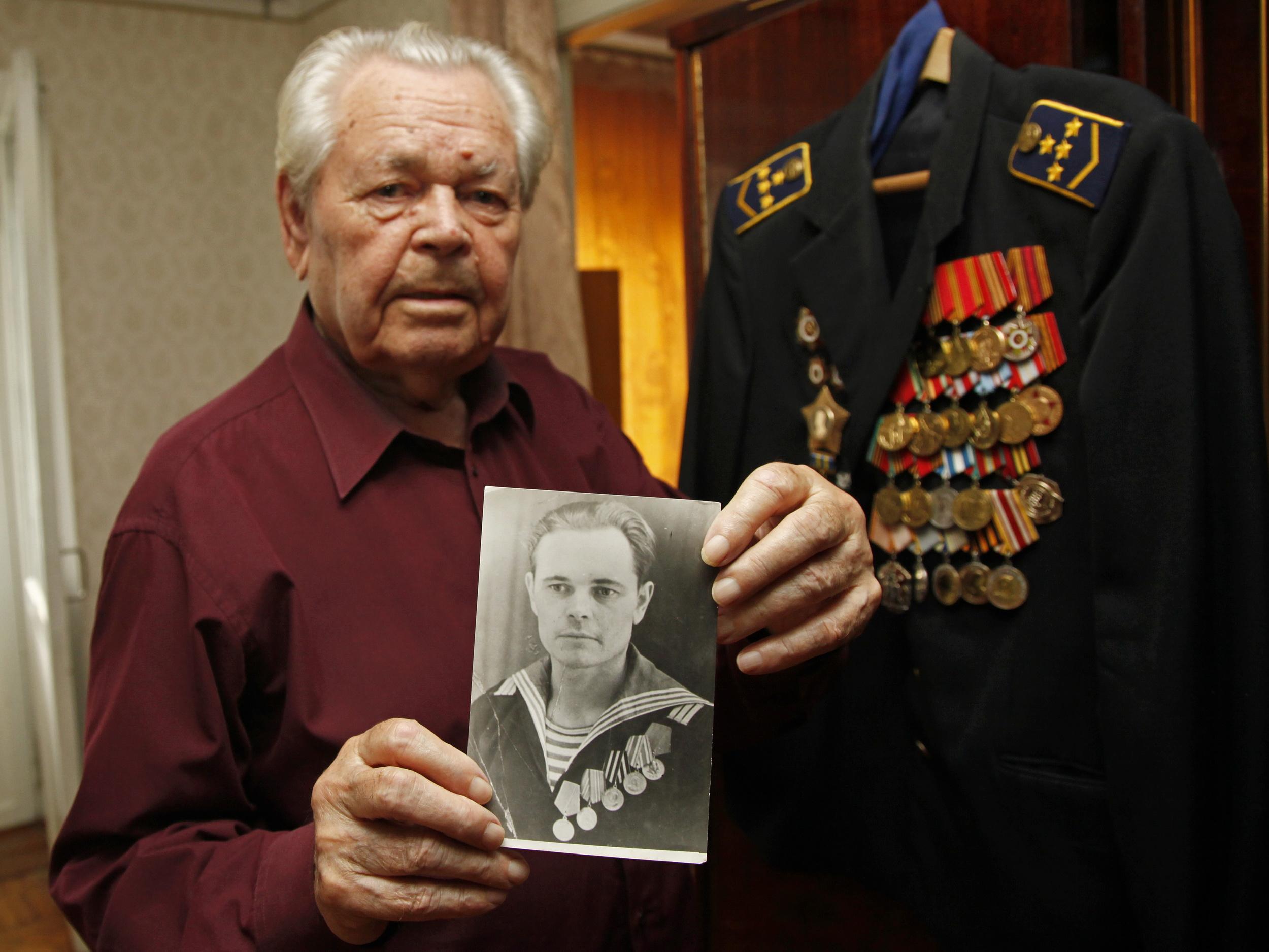 На 20 юни 2015 г. Алексей Никанорович навърши 90 години. За юбилея се събраха всички роднини – три деца, шест внука и още толкова правнука. Когато извадиха от гардероба мундира с ордените и медалите, внуците помолиха дядо си да им разкаже историята на наградите си.