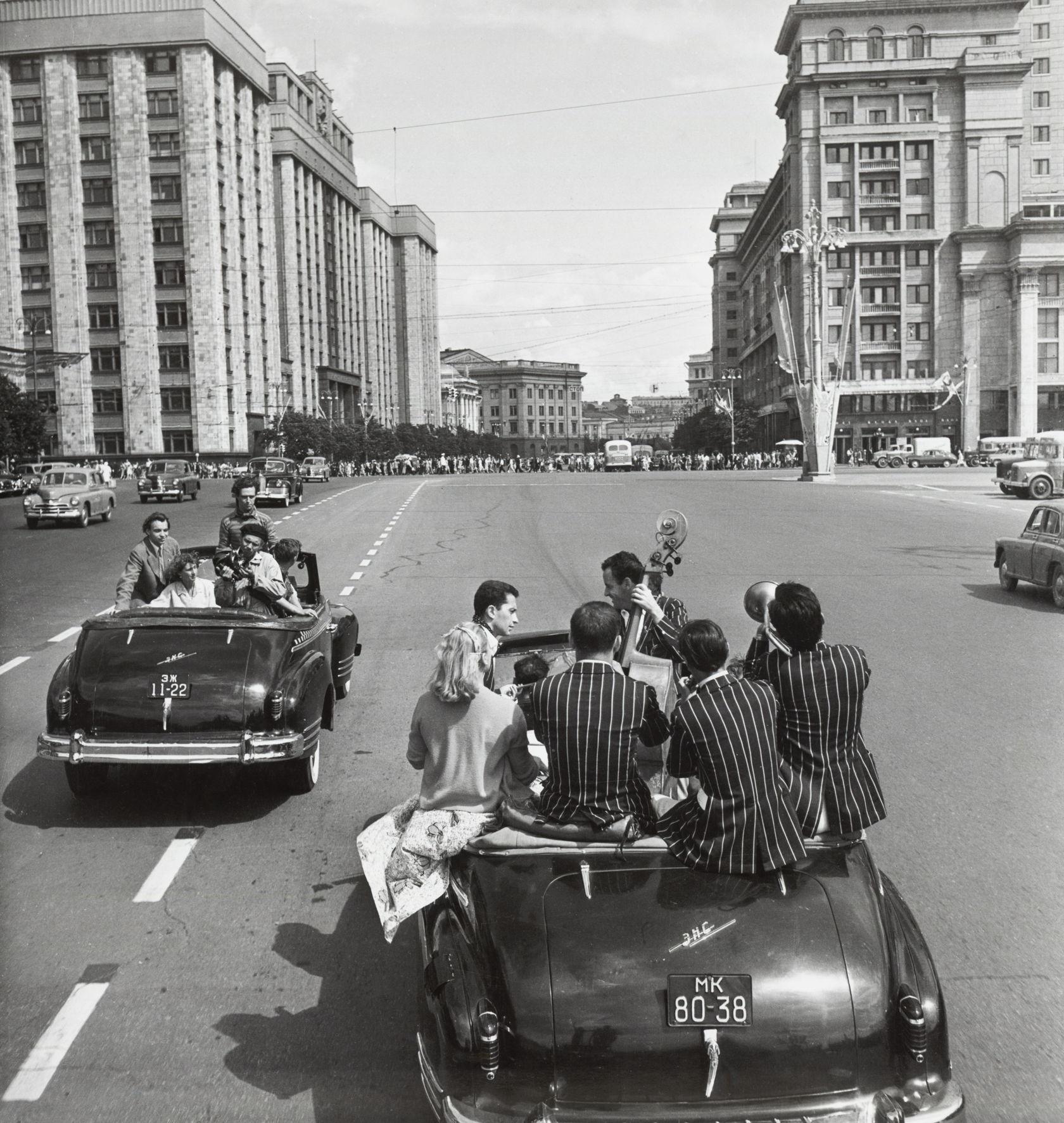 Ситуацията в Москва е толкова различна, че съветските хора, живеещи в провинцията, говорят за столицата с гордост, възторг и силна завист.