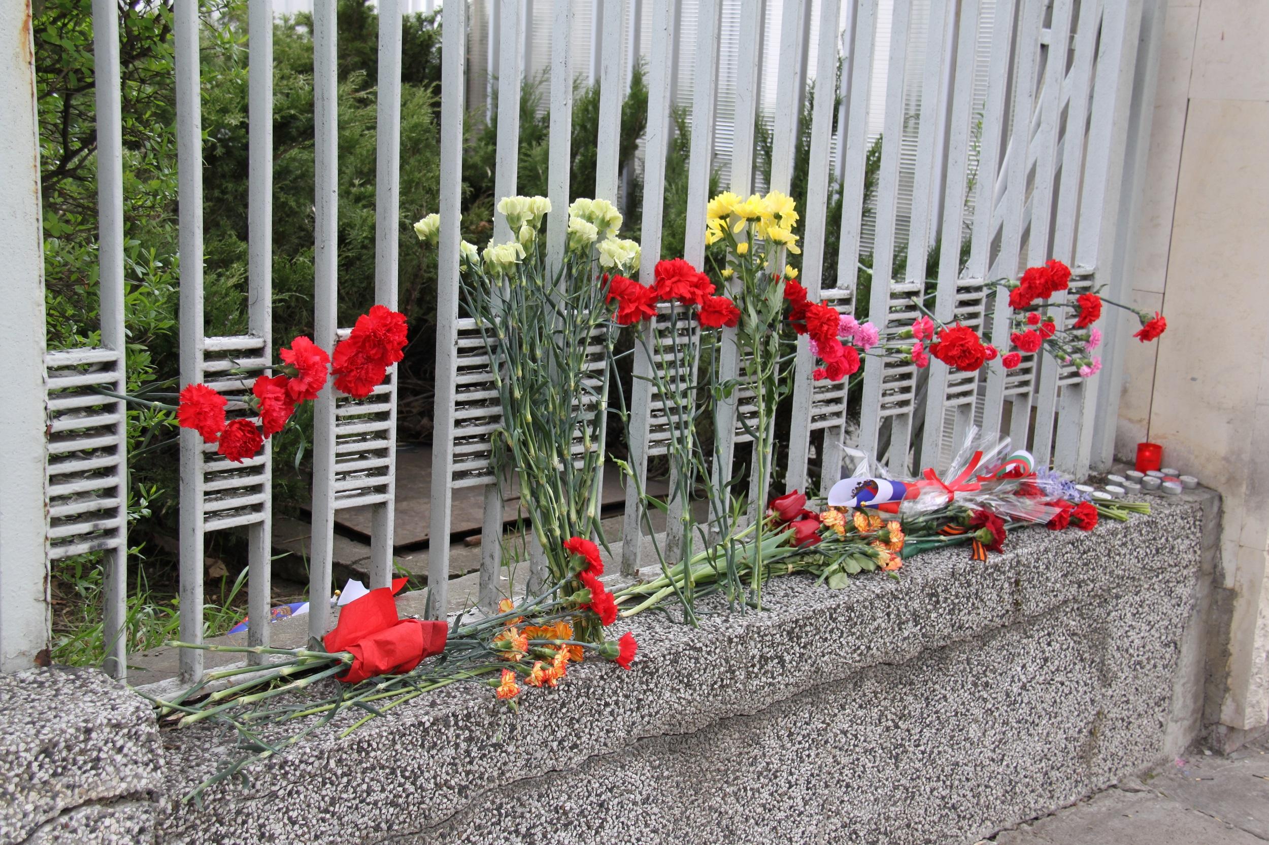 Цветя и свещи на оградата на Посолството на Руската федерация в България в памет на загиналите при терористичния акт в метрото на Санкт Петербург. Снимка: Десислава Бонева
