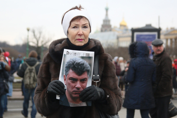 A woman holds a portrait of Russian opposition leader Boris Nemtsov during a march in memory of him on March 01, 2015 in Saint-Petesrburg.