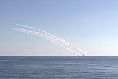 Peluncuran serentak sejumlah rudal kapal Kalibr dari kapal selam Rostov-on-Don submarine.