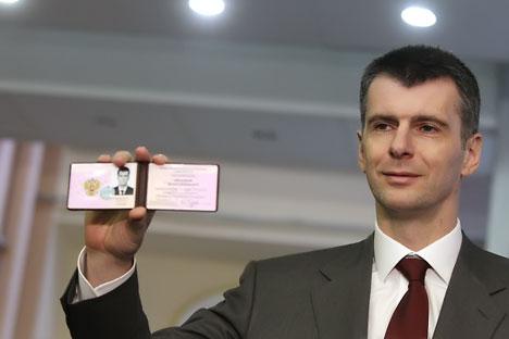Prókhorov mostra documento de registro expedido pela comissão eleitoral Foto: RIA Nóvosti