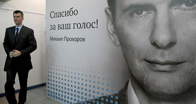 """Prôkhorov diante de banner com os dizeres """"Obrigado pelo seu voto!"""" Foto: AFP / EastNews"""