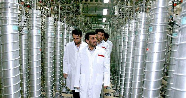 A cerimônia funeral de um diretor da unidade de enriquecimento de urânio de Natanz, no centro de Irã, que foi morto quando dois assaltantes em uma motocicleta instalaram uma bomba magnética para seu carro Foto: AP