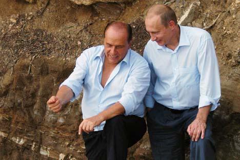 Vladímir Pútin e Silvio Berlusconi: afagos mútuos  Foto: TASS