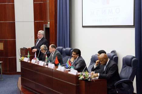 A conferência reuniu os embaixadores extraordinários do Brasil, Índia, China, África do Sul, representantes do ministério dos Negócios Estrangeiros da Rússia, Academia de Ciências, centros de análise, assim como renomados cientistas, diplomatas e emp