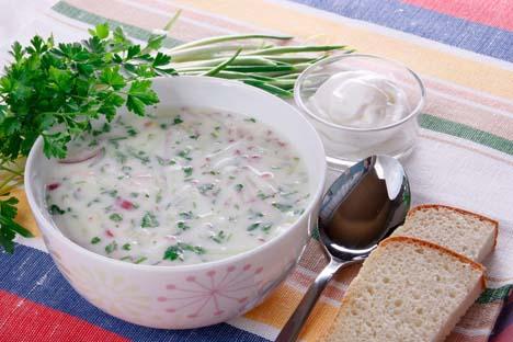 Geladeira cheia de kefir e vegetais é sinônimo de okrochka