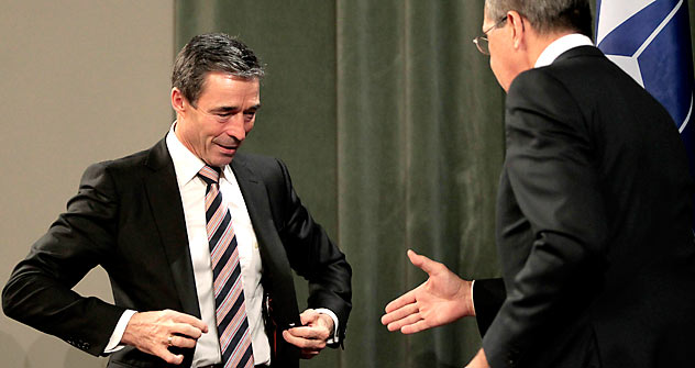 Anders Fogh Rasmussen (à esq.) e Serguêi Lavrov (à dir.) Foto: Reuters