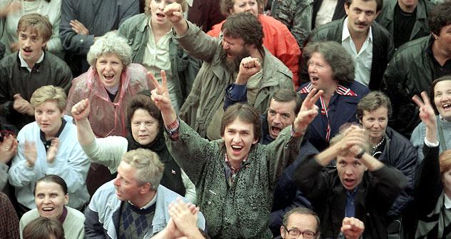 Presidentes (da esq. à dir.) da Ucrânia (Leonid Kravchuk), Bielorrússia (Stanislav Shushkévitch) e Rússia (Boris Iéltsin), - maiores repúblicas da URSS - assinaram  08 de dezembro de 1991 o documento que declarou oficialmente o fim da União Soviética
