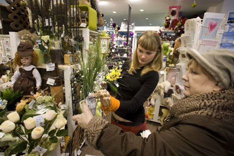 A holiday shopper picking out holiday gifts in a Moscow boutique. Russian companies are increasingly eschewing such gifts for their employees in favor of charitable donations.Photo by Vladimir Filonov / MT