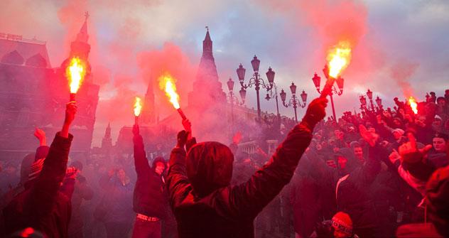 Fußballfans und Rechtsextreme randalieren gegen Moskauer Polizisten (Foto: Ilja Warlamow)
