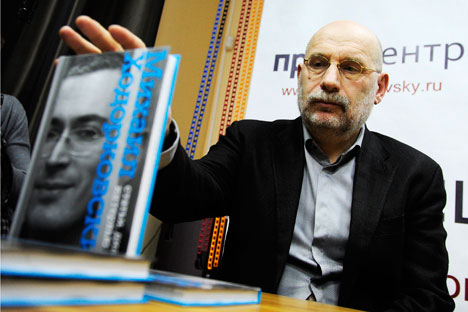 "Writer Boris Akunin presents ""Mikhail Khodorkovsky: Articles. Dialogues. Interviews"" at a book launch in Moscow. Source: Itar-Tass"