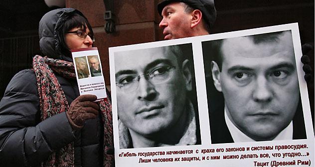 """""""Das Verderben eines Staates fängt mit dem Zusammenbruch seiner Gesetze und seines Rechtssytems an.."""" steht auf einem Plakat eines Chodorkowskij-Befürworters. Foto: Kommersant"""