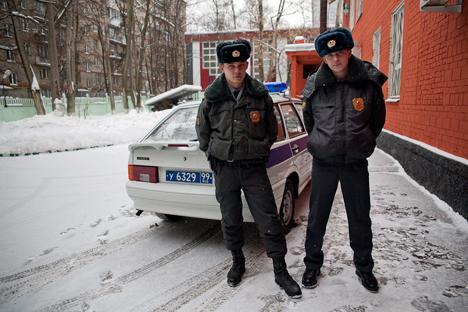 """""""Man kann auch ehrlich arbeiten"""": Die Moskauer Polizisten Menschenin (links) und Kusminow auf Streife. Foto: Ruslan Suchuschin"""