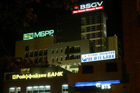 Neons anunciam bancos de varejo estrangeiros e locais em Moscou. Banqueiros nacionais afugentaram investidores externos/Foto: Kommersant